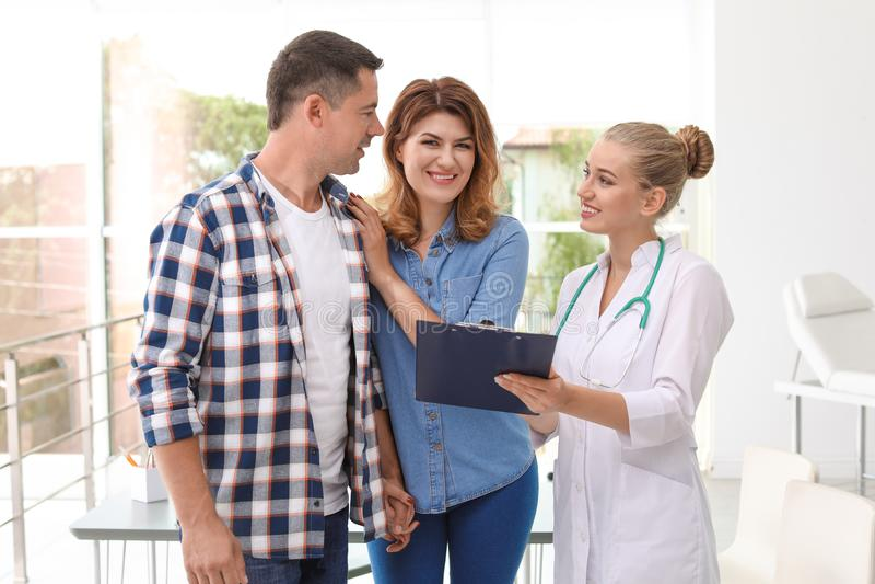 Consultazione paziente all'ufficio del ` s di medico fotografia stock