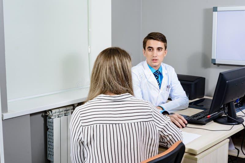 Consulte al doctor del paciente, el concepto de la conversación fotos de archivo