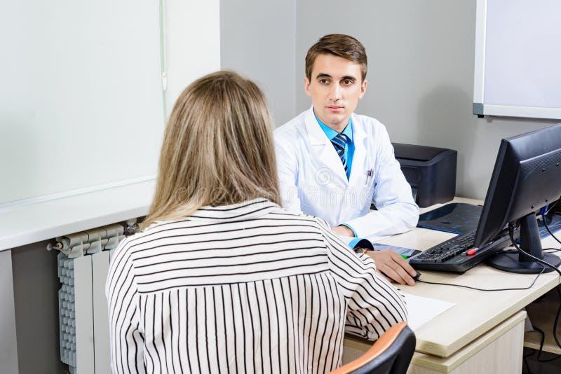 Consulte al doctor del paciente, el concepto de la conversación imagenes de archivo