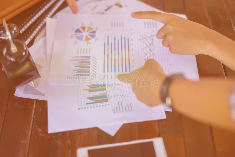 Consulte uma reunião, trabalho, negócio do estudo no mercado de valores de ação foto de stock royalty free