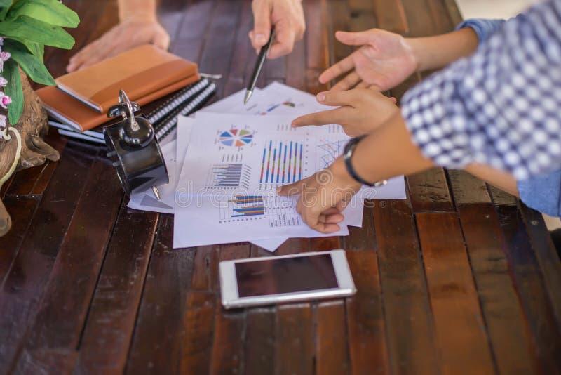 Consulte uma reunião, trabalho, negócio do estudo no mercado de valores de ação imagens de stock