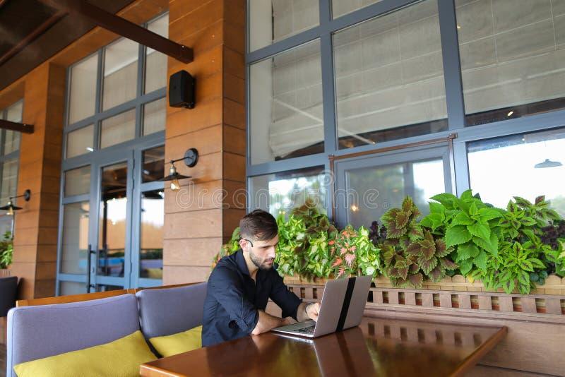 Consultor de Internet que habla con el cliente con la cámara web y el microp imagen de archivo