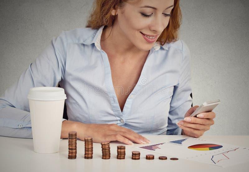 Consultor de inversión de la mujer que analiza informe anual de la compañía imagen de archivo