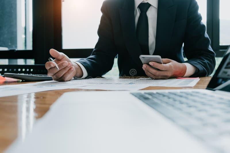 Consultor de inversión del hombre de negocios que analiza fina de la publicación anual de la compañía imagen de archivo libre de regalías