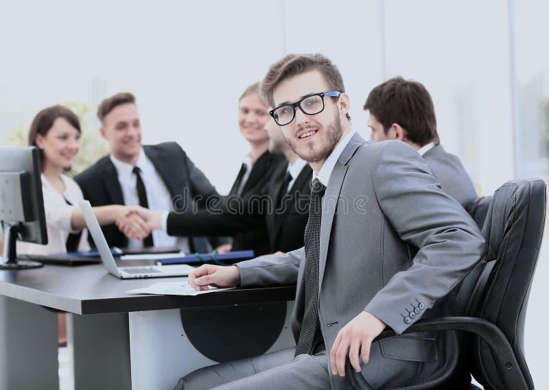 Consultor de negocio en el lugar de trabajo en el fondo del partn del negocio foto de archivo libre de regalías