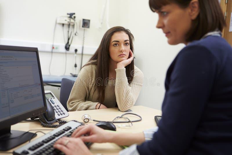 Consultor Discussing Test Results con el paciente foto de archivo libre de regalías