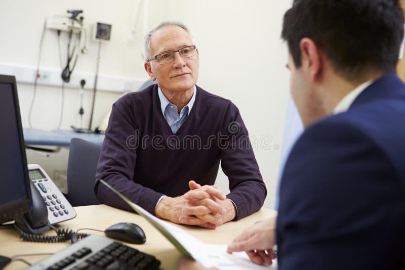 Consultor Discussing Test Results con el paciente fotografía de archivo libre de regalías