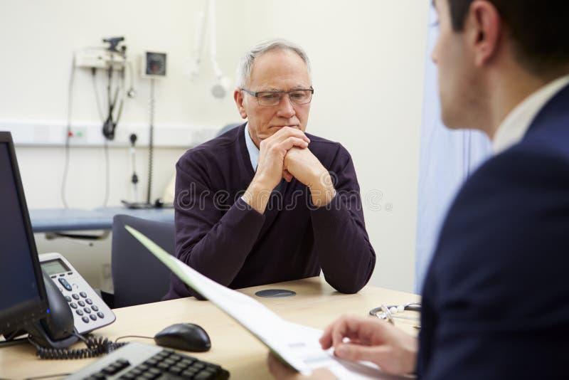 Consultor Discussing Test Results con el paciente foto de archivo