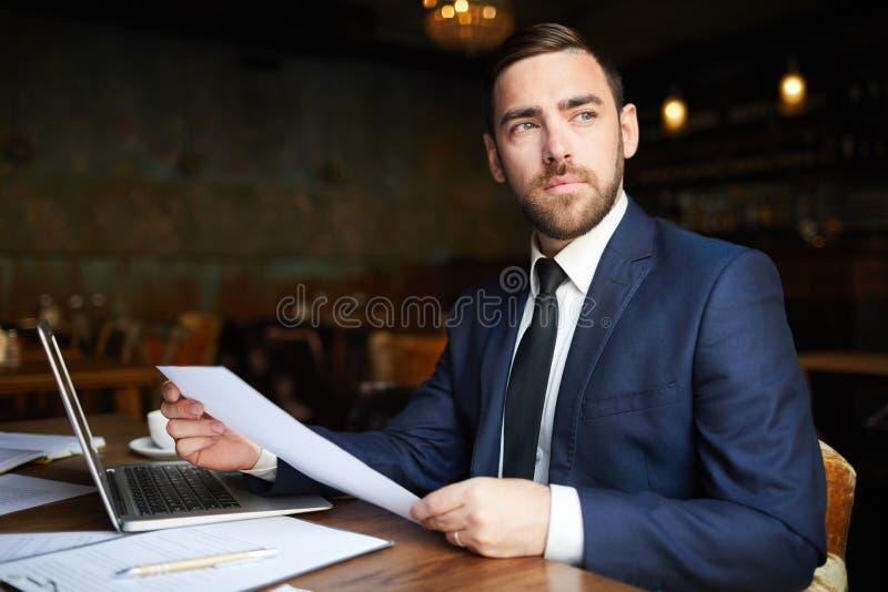 Consultor empresarial bem sucedido com papéis imagem de stock