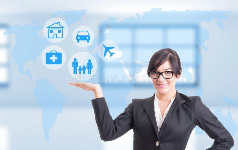Consultor femenino que muestra diversos tipos de seguro imagenes de archivo