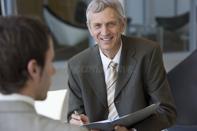Consultor que habla con un cliente fotografía de archivo libre de regalías