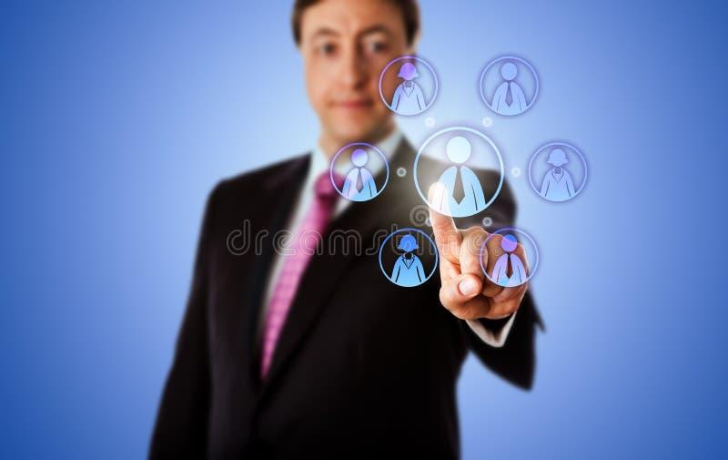 Consultor sonriente Contacting un equipo virtual del trabajo imagen de archivo libre de regalías