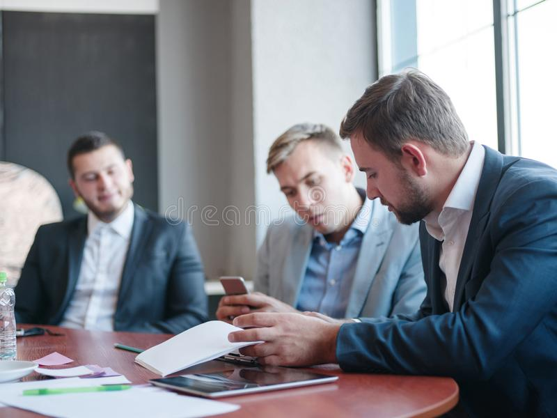 Consultores empresariais ao trabalhar em uma equipe Um grupo de trabalhadores novos em uma reunião na sala de conferências da emp fotografia de stock