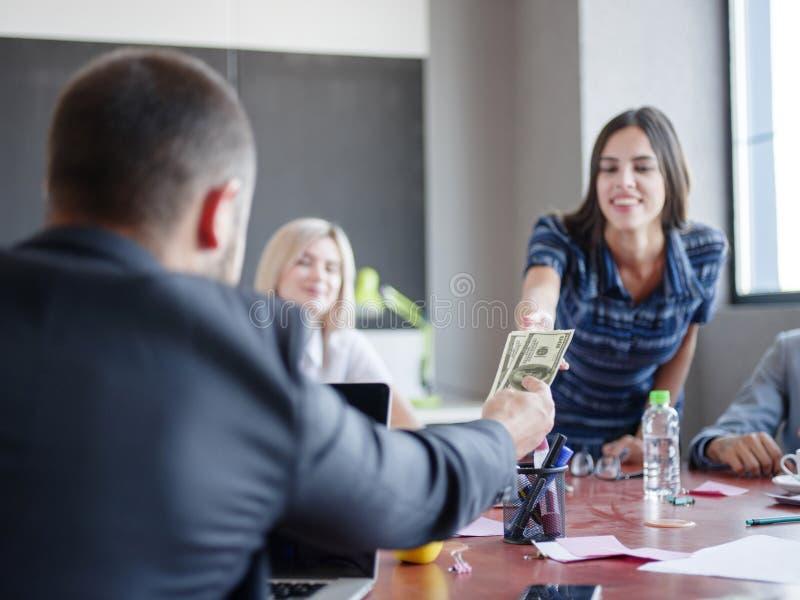 Consultores empresariais que trabalham em uma equipe Um grupo de trabalhadores novos em uma reunião na sala de conferências da em foto de stock royalty free