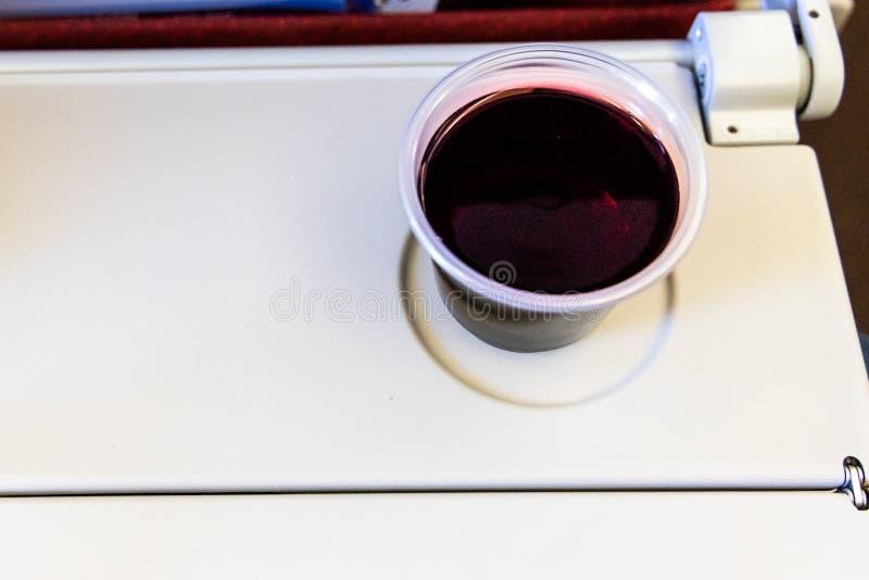 Consuma demasiada deshidratación de aviones de las causas del vino tinto o del alcohol foto de archivo