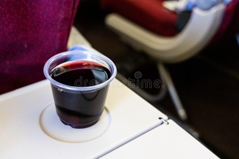 Consuma demasiada deshidratación de aviones de las causas del vino tinto o del alcohol imagen de archivo