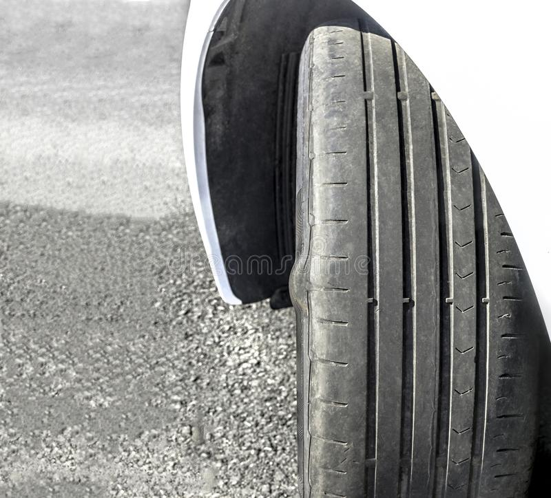 Consumato e gomma di automobile nociva immagine stock