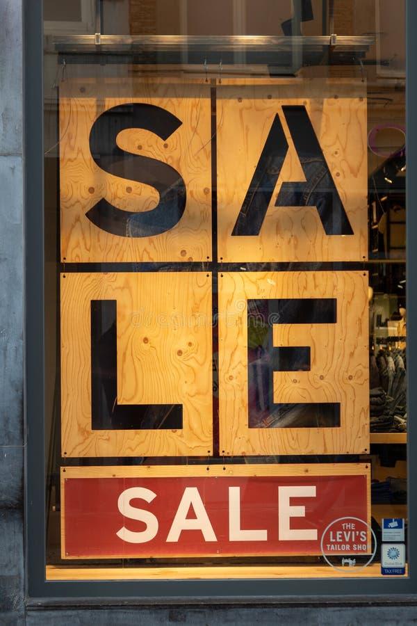 Consumentisme en verkoop binnen van de binnenstad stock afbeeldingen