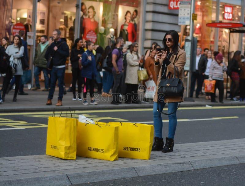 Consumerism, shoppare och stora försäljningar royaltyfria bilder