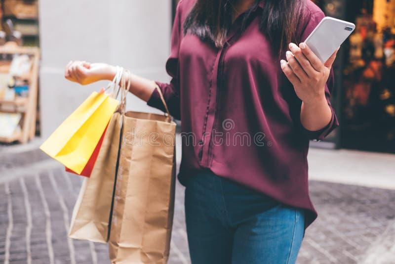 Consumerismo, compras, concepto de la forma de vida, mujer joven que sostiene el co imágenes de archivo libres de regalías