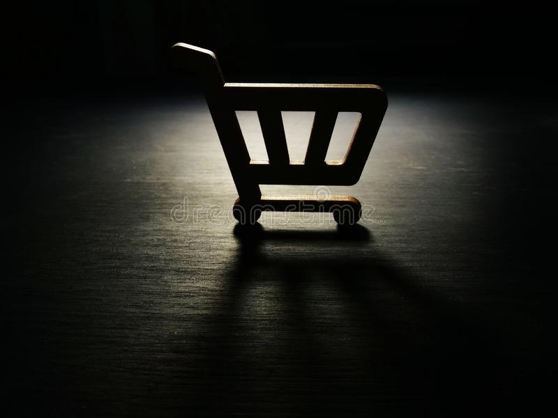 consumerismo Modelo del carro de la compra en la oscuridad foto de archivo