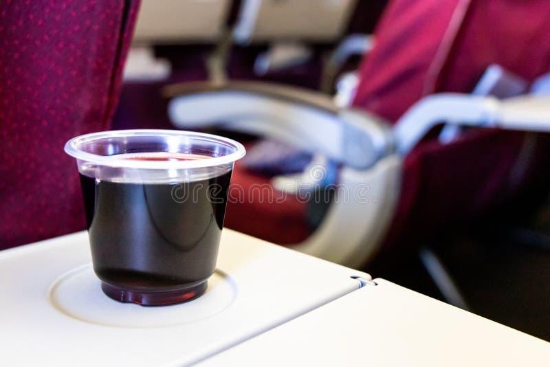 Consumi troppa disidratazione in volo di cause dell'alcool o del vino rosso fotografia stock libera da diritti