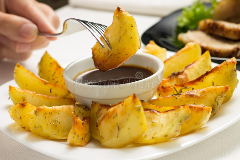 Consumición de Fried Wedge Potato fotografía de archivo