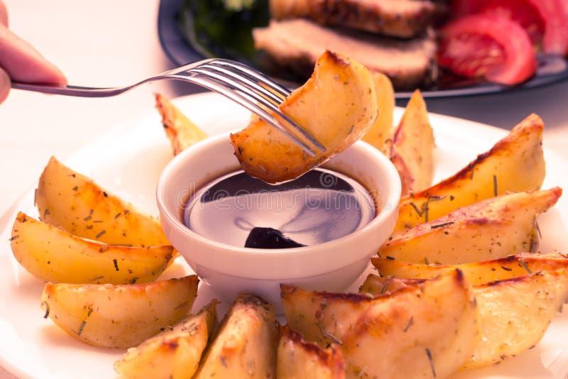 Consumición de Fried Wedge Potato imagenes de archivo