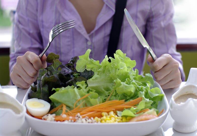 Consumición de la ensalada, comida sana fotos de archivo