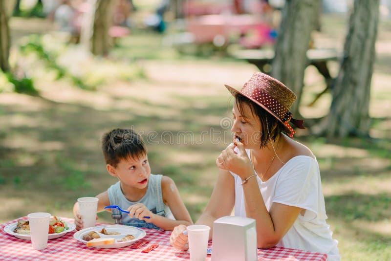 Consumición de la madre que acampa y del hijo fotos de archivo