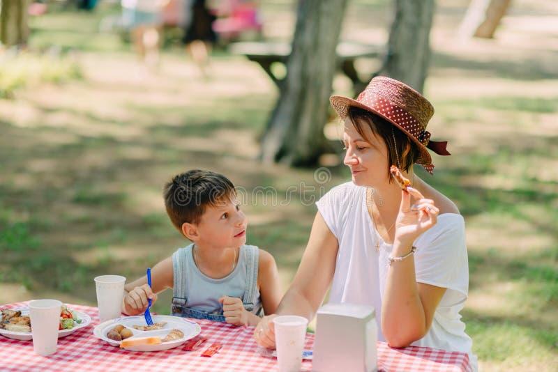 Consumición de la madre que acampa y del hijo foto de archivo