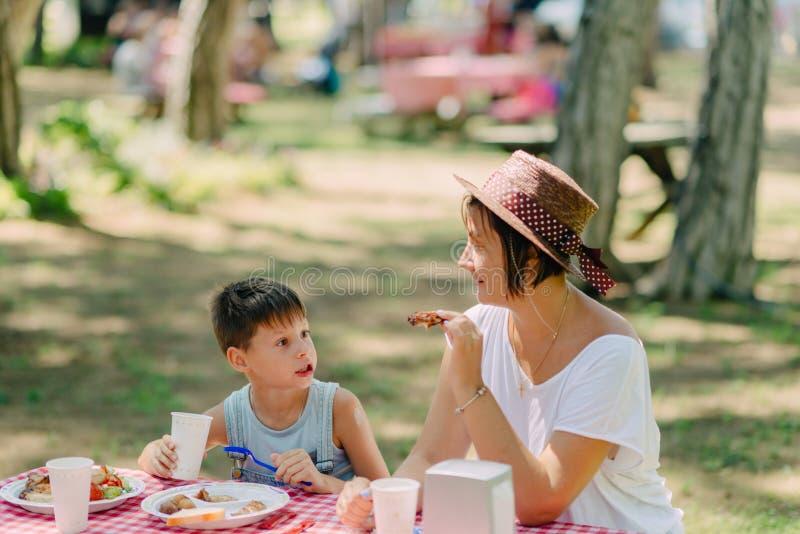 Consumición de la madre que acampa y del hijo fotografía de archivo