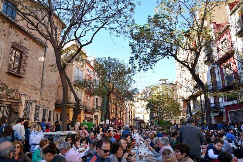 Consumición de la paella, comida valenciana tradicional fotografía de archivo