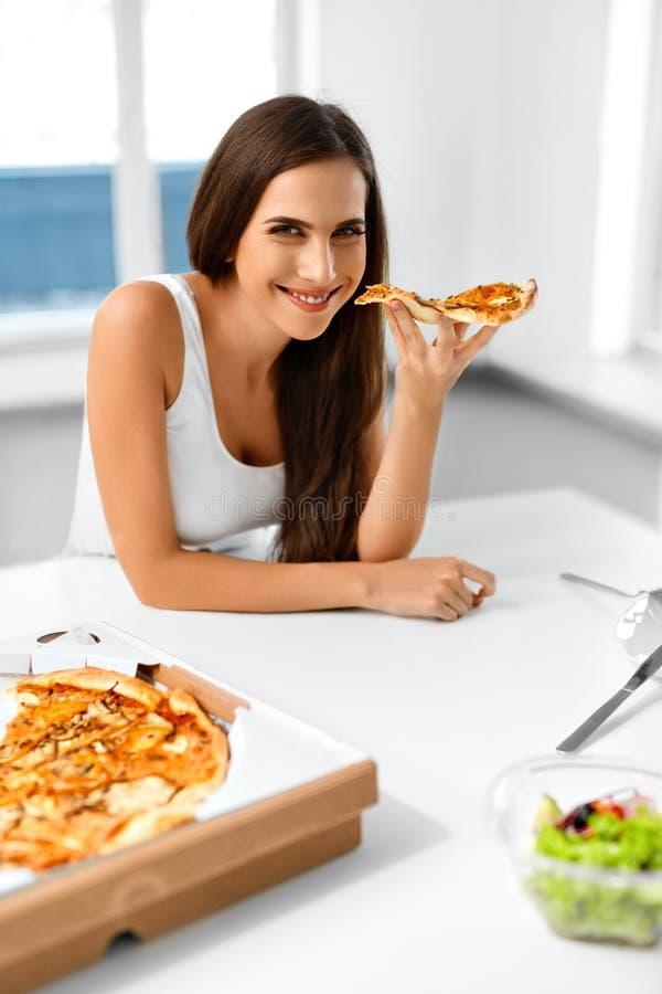 Consumición de la pizza Mujer que come la comida italiana Nutrición de los alimentos de preparación rápida Li imagen de archivo