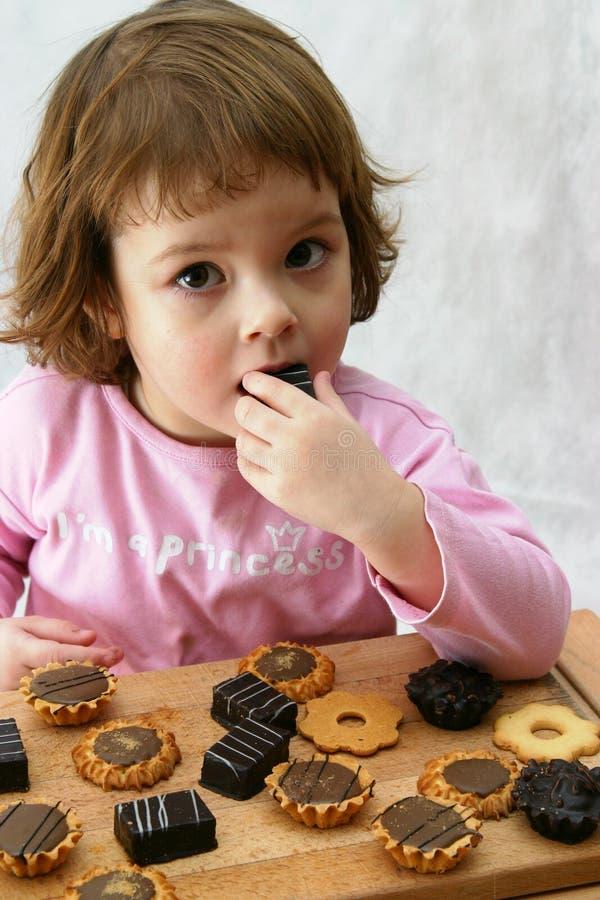 Consumición de las tortas de chocolate foto de archivo