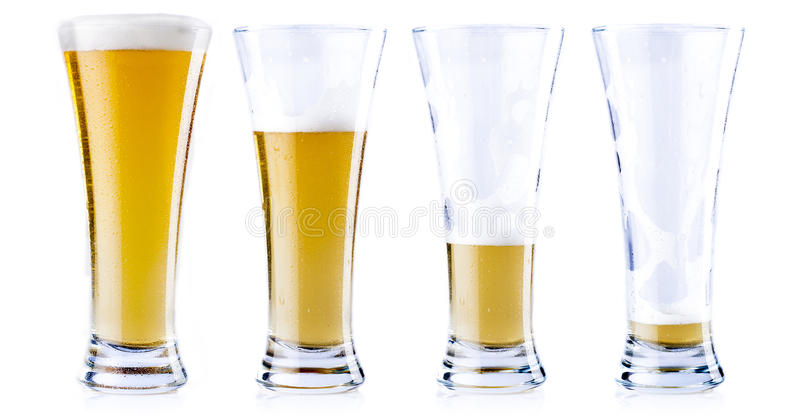 Consumición de una cerveza fría imagen de archivo
