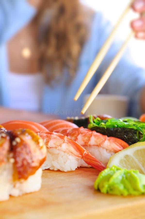 Consumición del alimento japonés fotografía de archivo