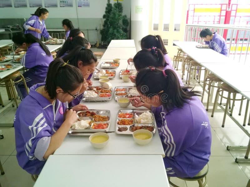 consumición del almuerzo en el refectorio imagen de archivo libre de regalías