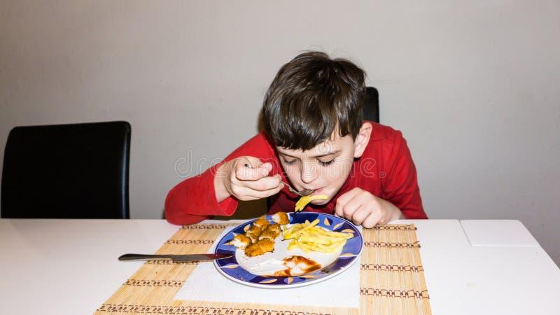 Consumición del hijo autístico de la comida del niño de la nutrición de la salud del muchacho foto de archivo