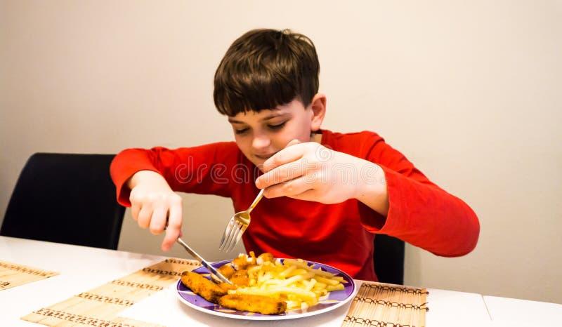 Consumición del hijo autístico de la comida del niño de la nutrición de la salud del muchacho foto de archivo libre de regalías
