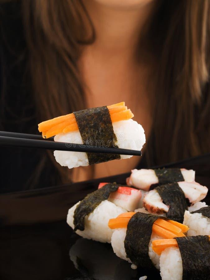 Consumición del sushi imagenes de archivo