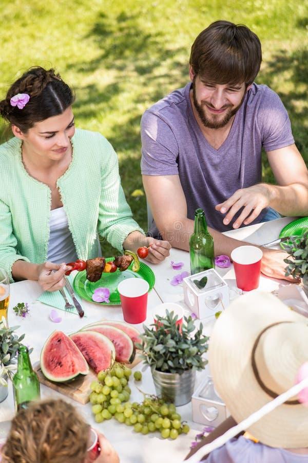 Consumición en la fiesta de jardín imagen de archivo libre de regalías