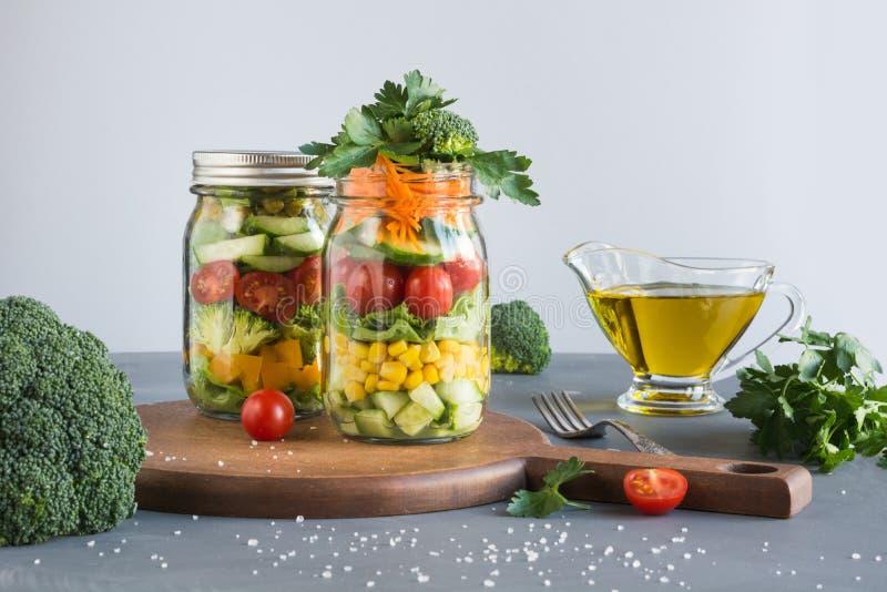 Consumición limpia Ensalada hecha en casa vegetal en tarro de albañil con el tomate, lechuga, bróculi Copie el espacio Almuerzo p fotos de archivo libres de regalías