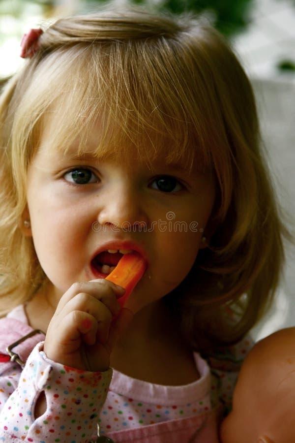 Consumición linda de la niña foto de archivo libre de regalías