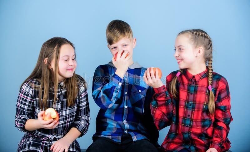 Consumición orgánica por una vida más fresca y más sana Los pequeños niños gozan el comer de las frutas orgánicas naturales Peque fotografía de archivo libre de regalías