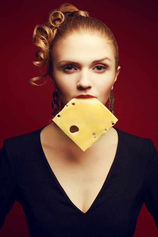 Consumición sana Concepto del alimento Retrato de los Arty de la mujer con queso fotos de archivo