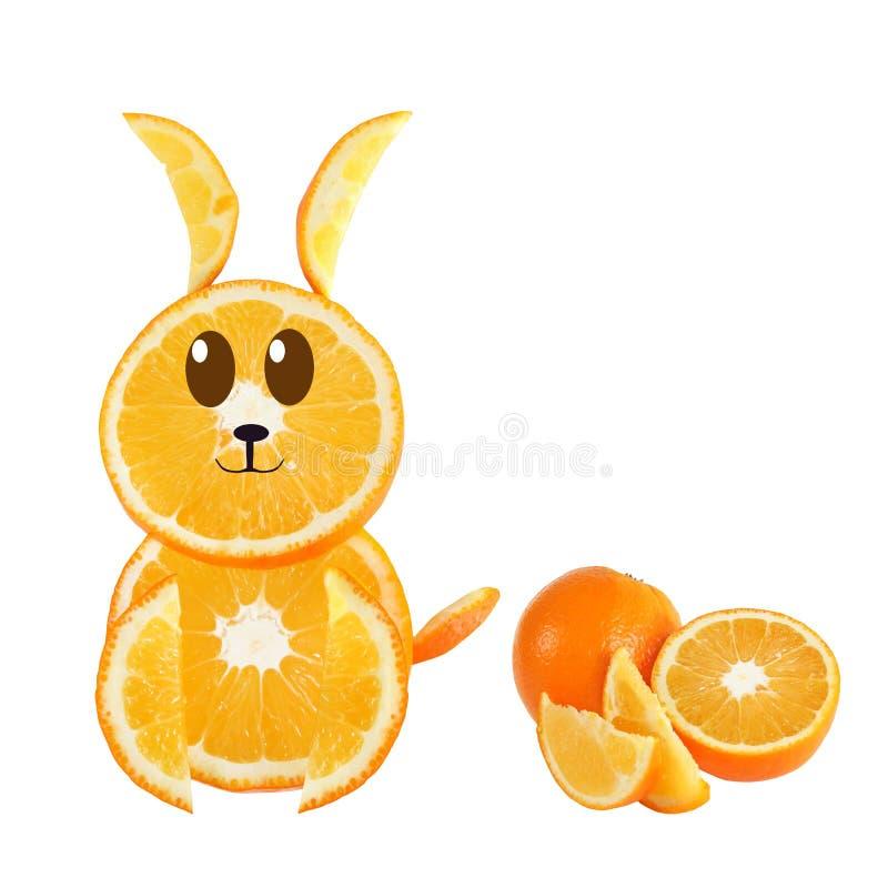 Consumición sana. Conejo divertido hecho de las rebanadas anaranjadas. foto de archivo