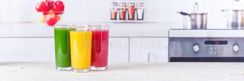 Consumición sana de la bandera de las frutas de la fruta de los smoothies del smoothie del jugo fotografía de archivo