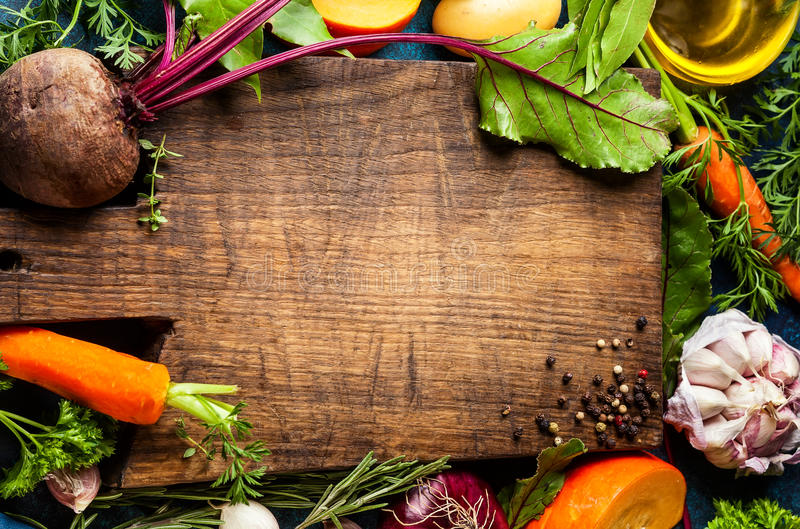 Consumición sana del concepto con las verduras crudas fotos de archivo