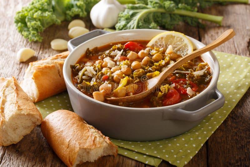 Consumición sana: una sopa gruesa de garbanzos, col rizada, tomates, garli imagen de archivo